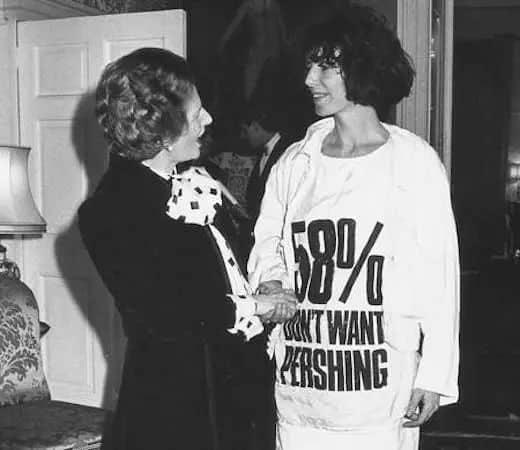 Margaret Thatcher rencontrant Katharine Hamnett portant un t-shirt avec un slogan